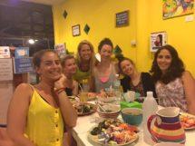 Til community dinner med frivillige og teacher training studerende