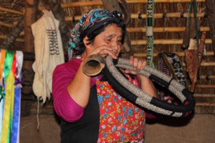 Mapuchekvinden Rosario viste gladeligt de traditionelle mapucheredskaber og -instrumenter frem! Her spillende på trutruca.