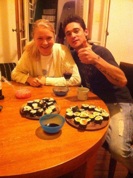 Sødt par med hjemmelavet sushi!
