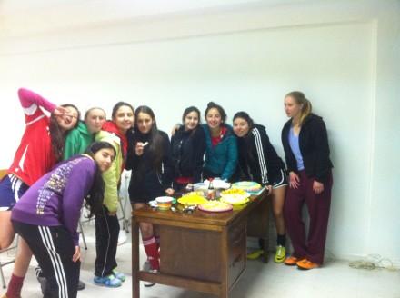 De søde fodboldpiger med det helt store lækkerhedsbord efter den sidste fodboldtræning! Det var ikke dén gang, vi tabte os..
