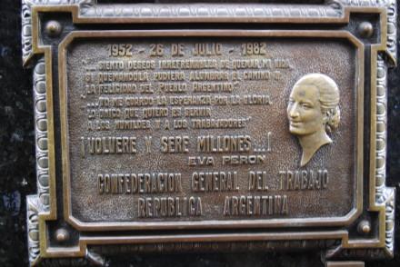 Mindeplade ved Evitas grav - et af de kendte gravsteder på Recoleta kirkegården