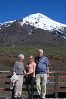 """Farmor, farfar og jeg foran vulkan Villarrica. Navnet stammer fra Ruka Pillán, som er mapudungun og betyder """"Åndens Hus"""""""